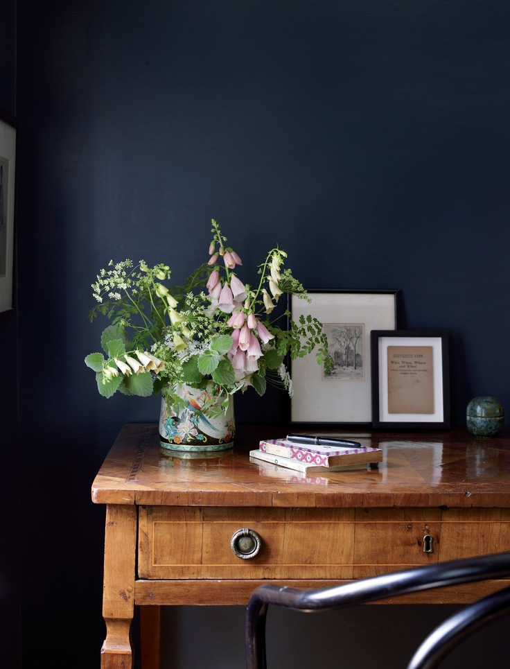 Hello navy colors for a moody living room hello farmhouse for Dark walls white furniture