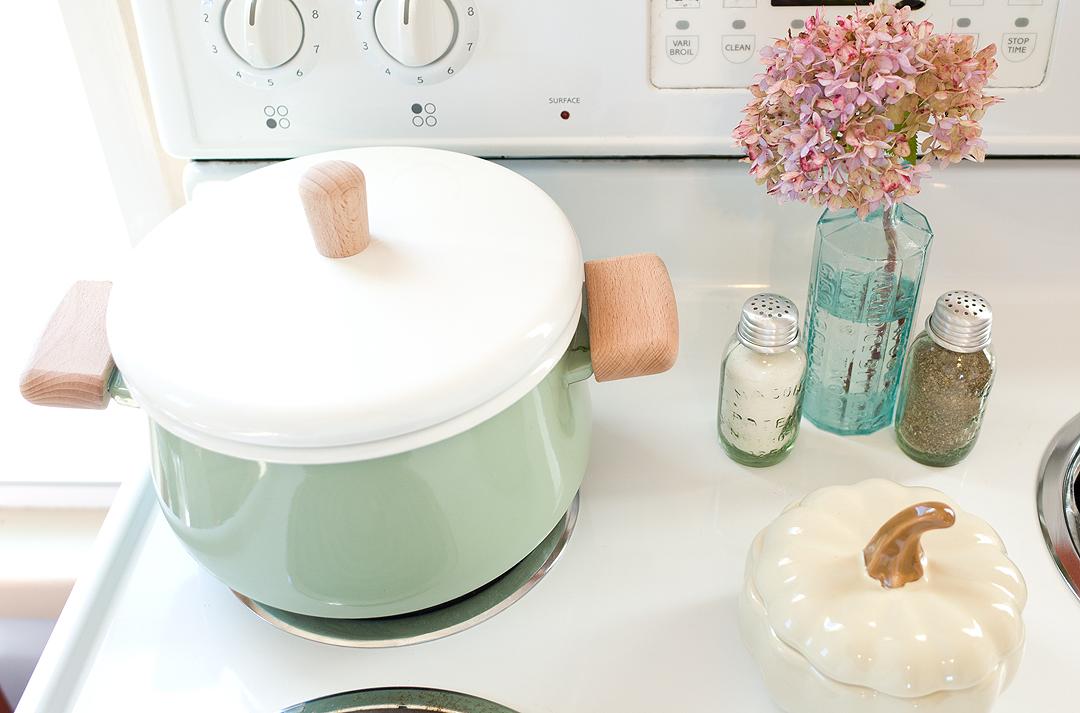Turn any kitchen into a cozy farmhouse kitchen with our favorite farmhouse kitchen decor.